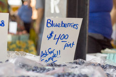 Βακκίνια αγοράς αγροτών για το σημάδι πώλησης Στοκ Φωτογραφία