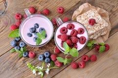 Βακκίνια γιαουρτιού και μούρων προγευμάτων και σμέουρα, φέτες με τη μαρμελάδα κατανάλωση υγιής Στοκ φωτογραφία με δικαίωμα ελεύθερης χρήσης