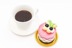 βακκίνιο cupcake με το μαύρο καφέ στην άσπρη κούπα καφέ Στοκ εικόνα με δικαίωμα ελεύθερης χρήσης