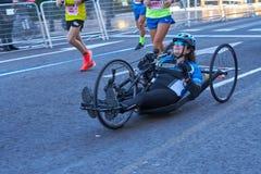 ΒΑΛΈΝΘΙΑ, ΙΣΠΑΝΙΑ - 2 ΔΕΚΕΜΒΡΊΟΥ: Οι δρομείς ανταγωνίζονται σε μια αναπηρική καρέκλα στο XXXVIII μαραθώνιο της Βαλένθια στις 18 Δ στοκ εικόνες