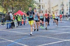 ΒΑΛΈΝΘΙΑ, ΙΣΠΑΝΙΑ - 2 ΔΕΚΕΜΒΡΊΟΥ: Οι δρομείς ανταγωνίζονται στο XXXVIII μαραθώνιο της Βαλένθια στις 18 Δεκεμβρίου 2018 στη Βαλένθ στοκ φωτογραφία με δικαίωμα ελεύθερης χρήσης