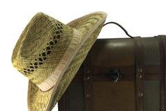 Βαλίτσα δέρματος και καπέλο αχύρου που απομονώνεται στοκ εικόνες