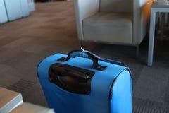 Βαλίτσα στην πύλη στοκ εικόνα