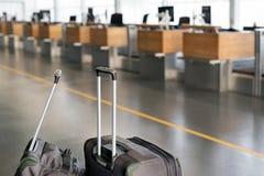 Βαλίτσες αποσκευών στο τερματικό αερολιμένων με το κενό γραφείο εισόδου στοκ εικόνες με δικαίωμα ελεύθερης χρήσης
