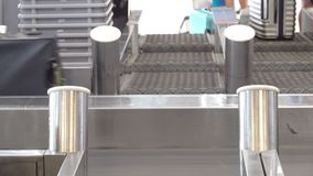 Βαλίτσες στην κίνηση της ζώνης μεταφορέων αποσκευών στο διεθνή αερολιμένα απόθεμα βίντεο