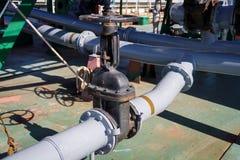 Βαλβίδα πυλών και σωληνώσεις για τη φόρτωση και την απαλλαγή του υγρού φορτίου στο λάδι-χημικό βυτιοφόρο στοκ εικόνα