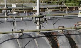 βαλβίδες διεξόδων πέρα από τα μεταλλικά κουτιά πίεσης για την αποθήκευση αερίου στο industria Στοκ φωτογραφίες με δικαίωμα ελεύθερης χρήσης