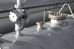 βαλβίδες διεξόδων πέρα από τα μεταλλικά κουτιά πίεσης για την αποθήκευση αερίου στο industria Στοκ Εικόνα
