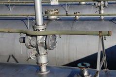 βαλβίδες πέρα από τους κυλίνδρους για την αποθήκευση αερίου στις βιομηχανικές εγκαταστάσεις καθαρισμού Στοκ Εικόνα