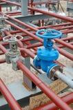 βαλβίδες πετρελαίου εργοστασίων Στοκ εικόνες με δικαίωμα ελεύθερης χρήσης