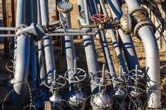 Βαλβίδες σωλήνων χάλυβα πετρελαίου   Στοκ φωτογραφία με δικαίωμα ελεύθερης χρήσης