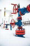 Βαλβίδες της γραμμής παραγωγής πετρελαίου Στοκ φωτογραφία με δικαίωμα ελεύθερης χρήσης