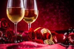 Βαλεντίνοι ή γαμήλια έννοια Το κρασί κοιλαίνει τα κόκκινα τριαντάφυλλα και ρομαντικός στοκ εικόνες