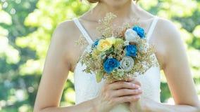 Βαλεντίνος αγάπης, γαμήλια ανθοδέσμη στα χέρια της νύφης και του νεόνυμφου μας Στοκ Εικόνες