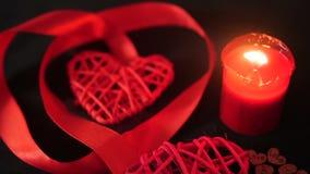 Βαλεντίνος διακοσμήσεων μήκους σε πόδηα της κόκκινης κορδέλλας, του καψίματος κεριών και της ξύλινης αγάπης φιλμ μικρού μήκους