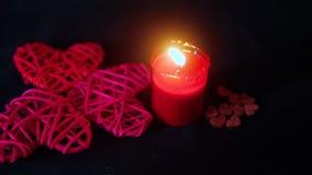 Βαλεντίνος διακοσμήσεων μήκους σε πόδηα της κόκκινης κορδέλλας, του καψίματος κεριών και της ξύλινης αγάπης απόθεμα βίντεο