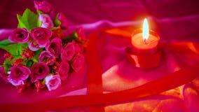 Βαλεντίνος διακοσμήσεων με την ανθοδέσμη λουλουδιών, το κάψιμο κεριών και τα κιβώτια δώρων φιλμ μικρού μήκους