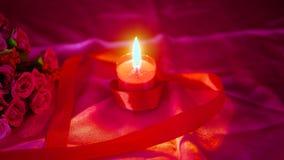 Βαλεντίνος διακοσμήσεων με την ανθοδέσμη λουλουδιών, το κάψιμο κεριών και τα κιβώτια δώρων απόθεμα βίντεο