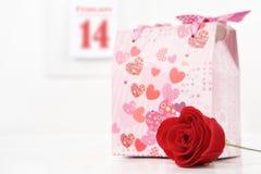 βαλεντίνος δώρων λουλο Στοκ φωτογραφία με δικαίωμα ελεύθερης χρήσης
