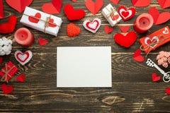 βαλεντίνος ημέρας s Άσπρο πλαίσιο για μια επιγραφή με τις κόκκινα καρδιές, τα δώρα και τα κεριά στο υπόβαθρο της αγροτικής σύστασ στοκ φωτογραφίες με δικαίωμα ελεύθερης χρήσης