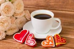 βαλεντίνος ημέρας s γάμος Μια καρδιά φλιτζανιών του καφέ και δύο μελοψωμάτων Στοκ φωτογραφία με δικαίωμα ελεύθερης χρήσης