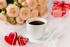 βαλεντίνος ημέρας s Μια καρδιά φλιτζανιών του καφέ και δύο μελοψωμάτων Στοκ εικόνες με δικαίωμα ελεύθερης χρήσης