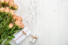 βαλεντίνος ημέρας s Πλαίσιο φιαγμένο από λουλούδια τριαντάφυλλων, δώρα, σε ένα μαρμάρινο υπόβαθρο Ανασκόπηση ημέρας βαλεντίνων `  στοκ φωτογραφία