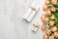 βαλεντίνος ημέρας s Πλαίσιο φιαγμένο από λουλούδια τριαντάφυλλων, δώρα, σε ένα μαρμάρινο υπόβαθρο Ανασκόπηση ημέρας βαλεντίνων `  στοκ εικόνα