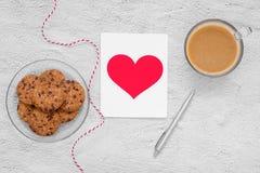 βαλεντίνος ημέρας s Φλιτζάνι του καφέ και μπισκότα σε ένα πιάτο στον πίνακα, Στοκ Φωτογραφίες