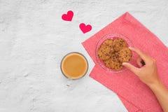 βαλεντίνος ημέρας s Φλιτζάνι του καφέ και μπισκότα σε ένα πιάτο στον πίνακα, Στοκ Εικόνες