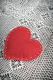 βαλεντίνος καρτών s Αισθητή κόκκινο καρδιά στη δαντέλλα και τον ξύλινο εκλεκτής ποιότητας πίνακα Στοκ Εικόνες