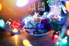 Βαλεντίνων ρομαντική επιτραπέζια ρύθμιση έννοιας αγάπης γευμάτων η ρομαντική διακόσμησε με το κουτάλι δικράνων στα τριαντάφυλλα γ στοκ εικόνες