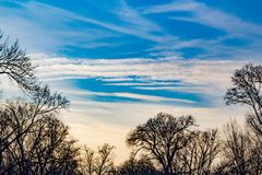 Βαλμένα σε στρώσεις σύννεφα και μαγική ανατολή στοκ φωτογραφίες