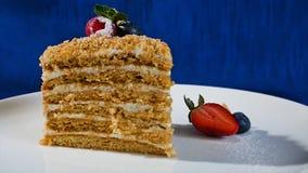 Βαλμένο σε στρώσεις κέικ με τις φράουλες Στενό επάνω, βαλμένο σε στρώσεις κέικ κέικ ουράνιων τόξων Κοντό κέικ φραουλών Στοκ φωτογραφία με δικαίωμα ελεύθερης χρήσης