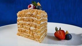 Βαλμένο σε στρώσεις κέικ με τις φράουλες Στενό επάνω, βαλμένο σε στρώσεις κέικ κέικ ουράνιων τόξων Κοντό κέικ φραουλών Στοκ φωτογραφίες με δικαίωμα ελεύθερης χρήσης