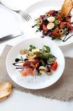 Βαλσαμική σάλτσα λεμονιών ελιών ντοματών σαλάτας σολομών στοκ φωτογραφίες με δικαίωμα ελεύθερης χρήσης