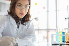 Βαμβάκι λαβής επιστημόνων για να συλλέξει το νέο δείγμα στοκ φωτογραφία με δικαίωμα ελεύθερης χρήσης
