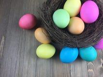 Βαμμένα αυγά Πάσχας σε μια φωλιά Στοκ Φωτογραφίες