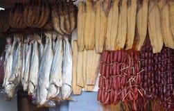 Βαμμένα ψάρια και λουκάνικα Στοκ εικόνες με δικαίωμα ελεύθερης χρήσης