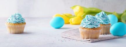 Βανίλια Πάσχας cupcakes με το πάγωμα, τα αυγά και τις τουλίπες στοκ φωτογραφίες με δικαίωμα ελεύθερης χρήσης