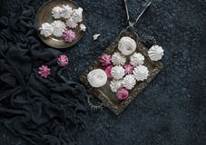 Βανίλια σπιτική και σμέουρο zephyr, εύγευστα ρόδινα και άσπρα marshmallows Στοκ εικόνες με δικαίωμα ελεύθερης χρήσης