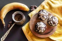 Βανίλια cupcakes με το πάγωμα σοκολάτας Στοκ Εικόνες