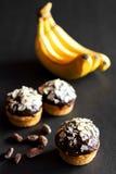 Βανίλια cupcakes με το πάγωμα σοκολάτας Στοκ Φωτογραφία