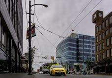 ΒΑΝΚΟΥΒΕΡ, ΚΑΝΑΔΑΣ - 6 ΙΟΥΝΊΟΥ 2018: Οδός Granville με το κίτρινο ταξί και ψηλά κτίρια το πρωί στοκ φωτογραφία με δικαίωμα ελεύθερης χρήσης