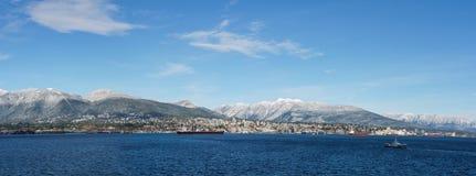 ΒΑΝΚΟΥΒΕΡ, ΚΑΝΑΔΑΣ - 18 Φεβρουαρίου 2018: Πολυάσχολο λιμάνι με το βόρειο Βανκούβερ την ηλιόλουστη ημέρα υποβάθρου Στοκ Εικόνες