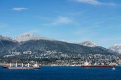 ΒΑΝΚΟΥΒΕΡ, ΚΑΝΑΔΑΣ - 18 Φεβρουαρίου 2018: Πολυάσχολο λιμάνι με το βόρειο Βανκούβερ την ηλιόλουστη ημέρα υποβάθρου Στοκ εικόνες με δικαίωμα ελεύθερης χρήσης