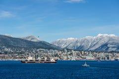 ΒΑΝΚΟΥΒΕΡ, ΚΑΝΑΔΑΣ - 18 Φεβρουαρίου 2018: Πολυάσχολο λιμάνι με το βόρειο Βανκούβερ την ηλιόλουστη ημέρα υποβάθρου Στοκ φωτογραφία με δικαίωμα ελεύθερης χρήσης