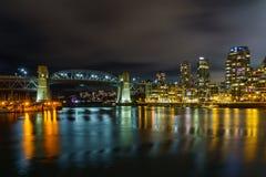 Βανκούβερ Καναδάς - 15 Δεκεμβρίου 2017: Γέφυρα και Βανκούβερ Burrard κεντρικός στη νυχτερινή άποψη από το νησί Granville Στοκ Φωτογραφίες