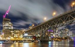 Βανκούβερ Καναδάς - 15 Δεκεμβρίου 2017: Γέφυρα και Βανκούβερ Granville κεντρικός στη νυχτερινή άποψη από το νησί Granville Στοκ Εικόνες