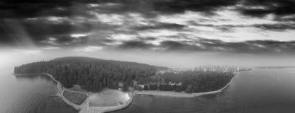 Βανκούβερ στο ηλιοβασίλεμα με το πάρκο του Stanley και τη λίμνη, εναέρια άποψη Στοκ εικόνα με δικαίωμα ελεύθερης χρήσης